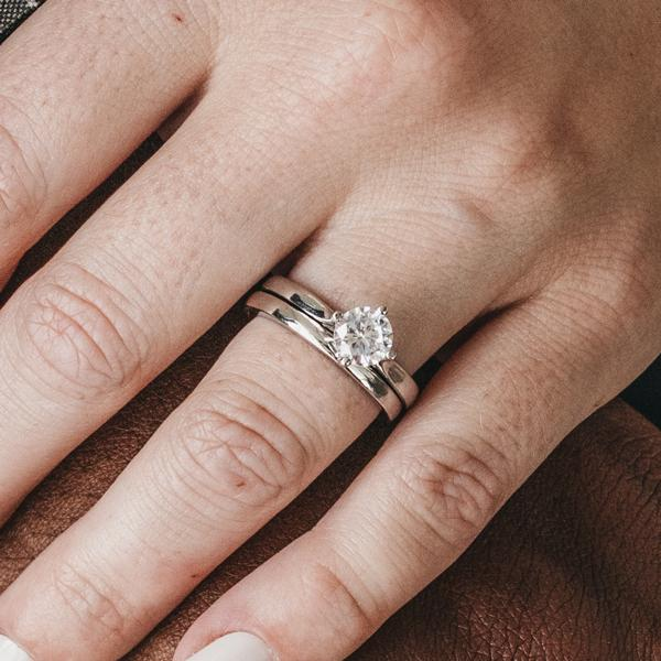 Reasons to Buy Engagement Rings and Wedding Bands Online