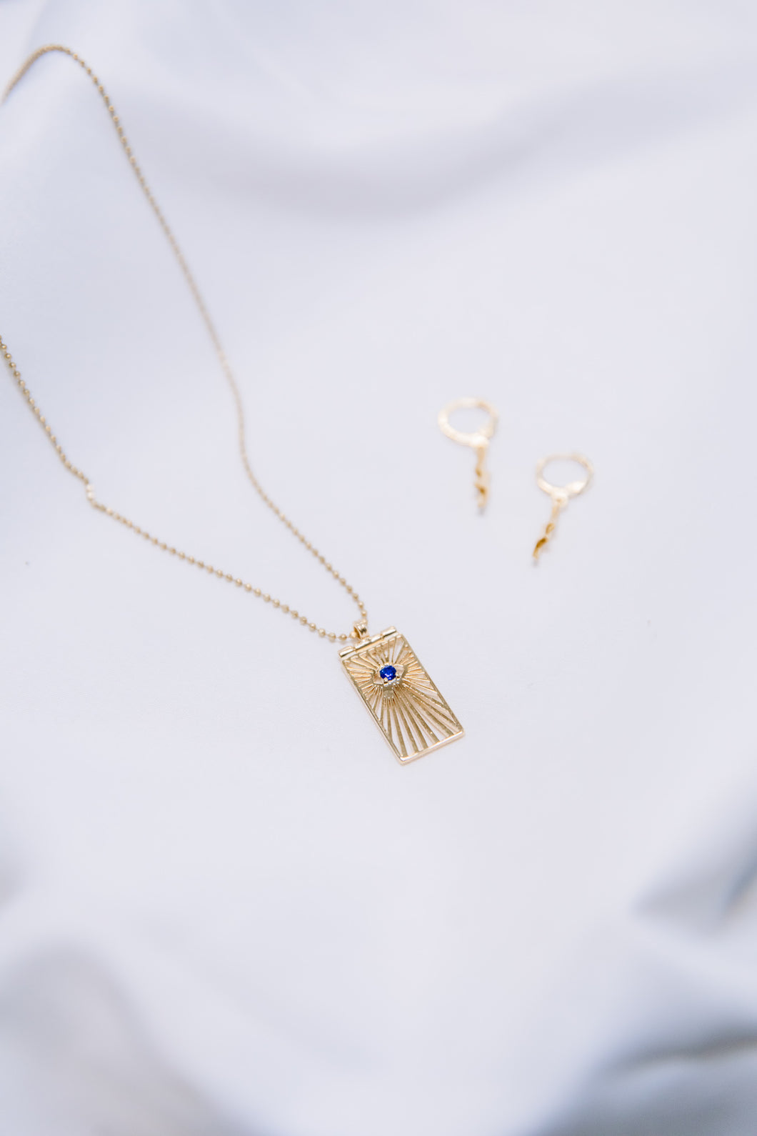 The blue-eyed necklace //