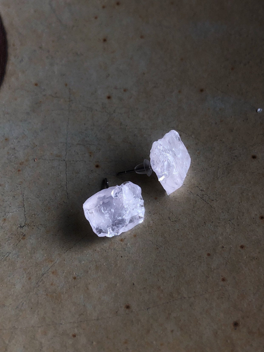 Raw rose quartz stud earrings //