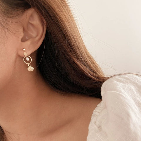 drop and dangle pearl earrings with seashell pearl jewellery trends