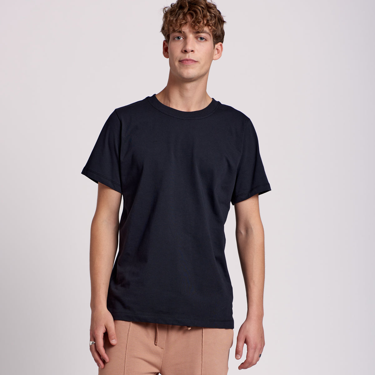 "T-shirt ""KOS"" with 2x2 rib in black"