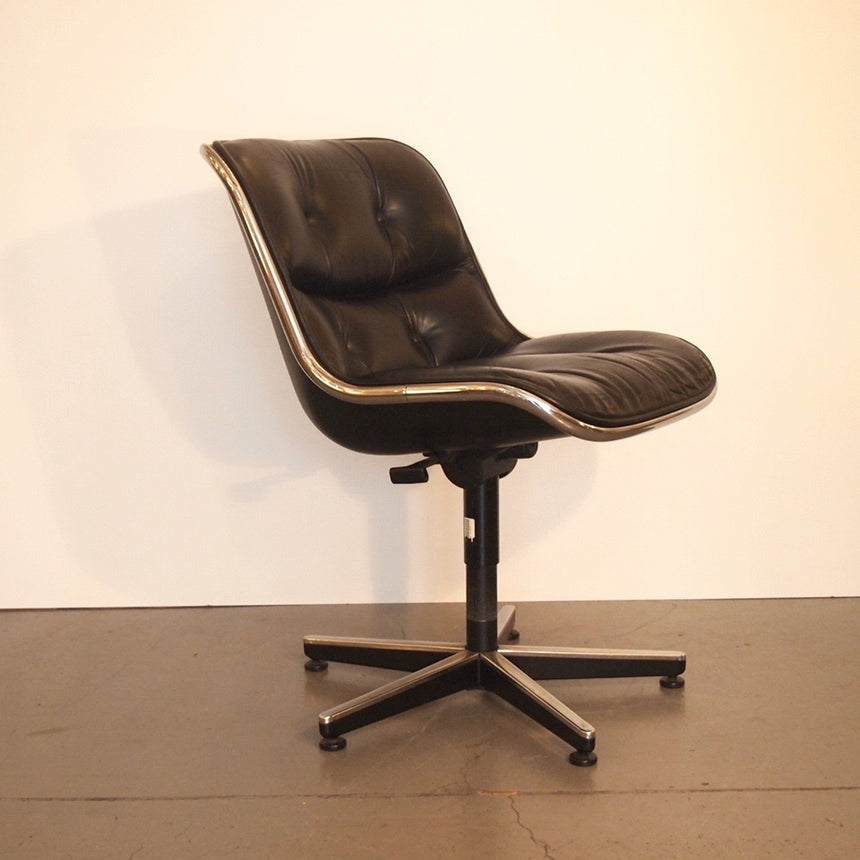 Charles Pollock's chair in leather designed for Knoll in 1960's / Chaise en cuir de Charles Pollock créée dans les années 60 pour Knoll.