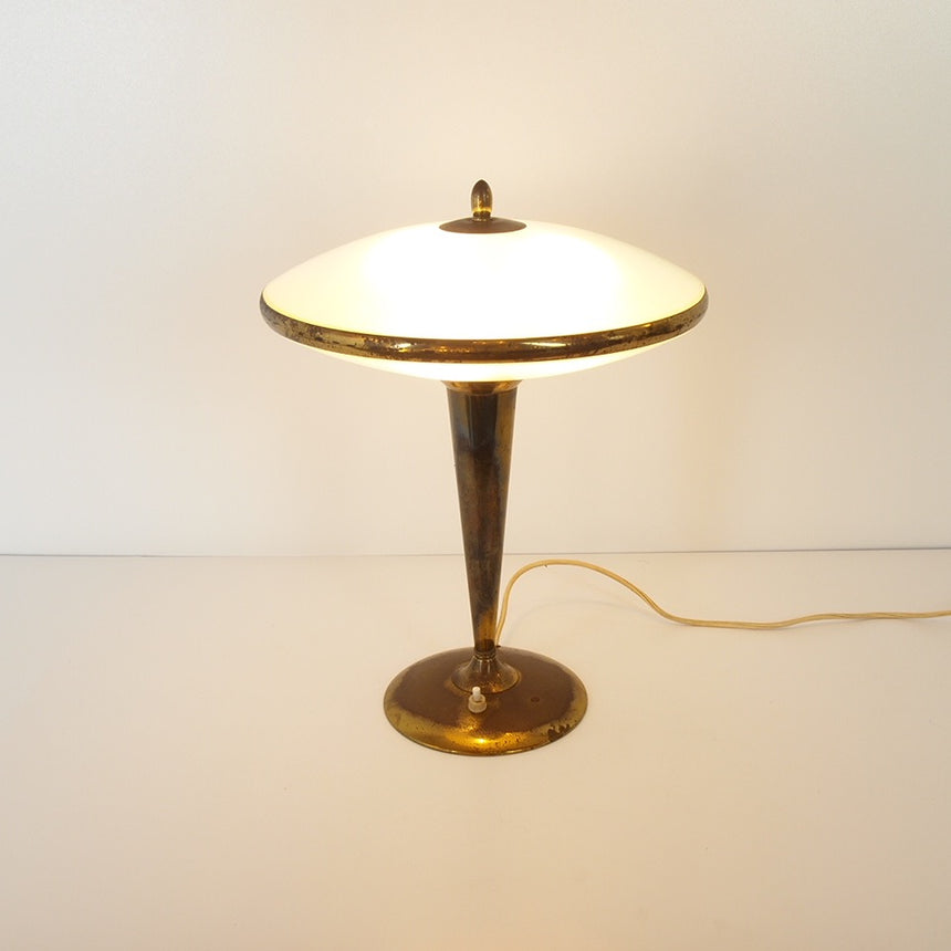 Table lamp attributed to Fontana Arte. Its body is made of brass and the cap of the lamp is made of finely squared glass.  /  Lampe de table attribuée à Fontana Arte. Son corps est en laiton et le chapeau de la lampe est en verre finement quadrillé.