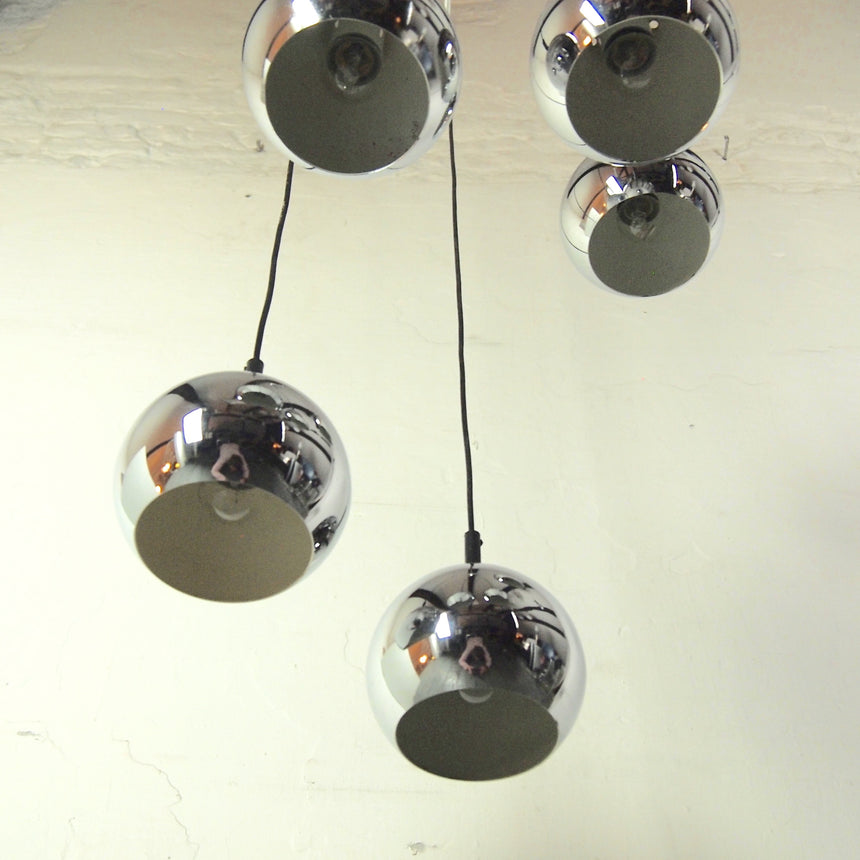 Shop online - Space Age ceiling lamp from 70's in chrome with five parts. / Acheter en ligne - Suspension Space Age des années 70 chromée avec cinq diffusions de lumière.