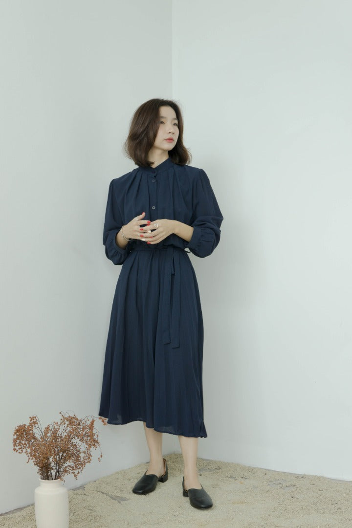 Long sleeve pleated dress with stand-up collar in dark blue