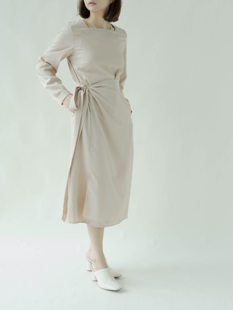 Long sleeved dress with square neck puff sleeves in nude color