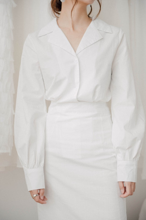 Suit and white collar lantern sleeve V-neck shirt