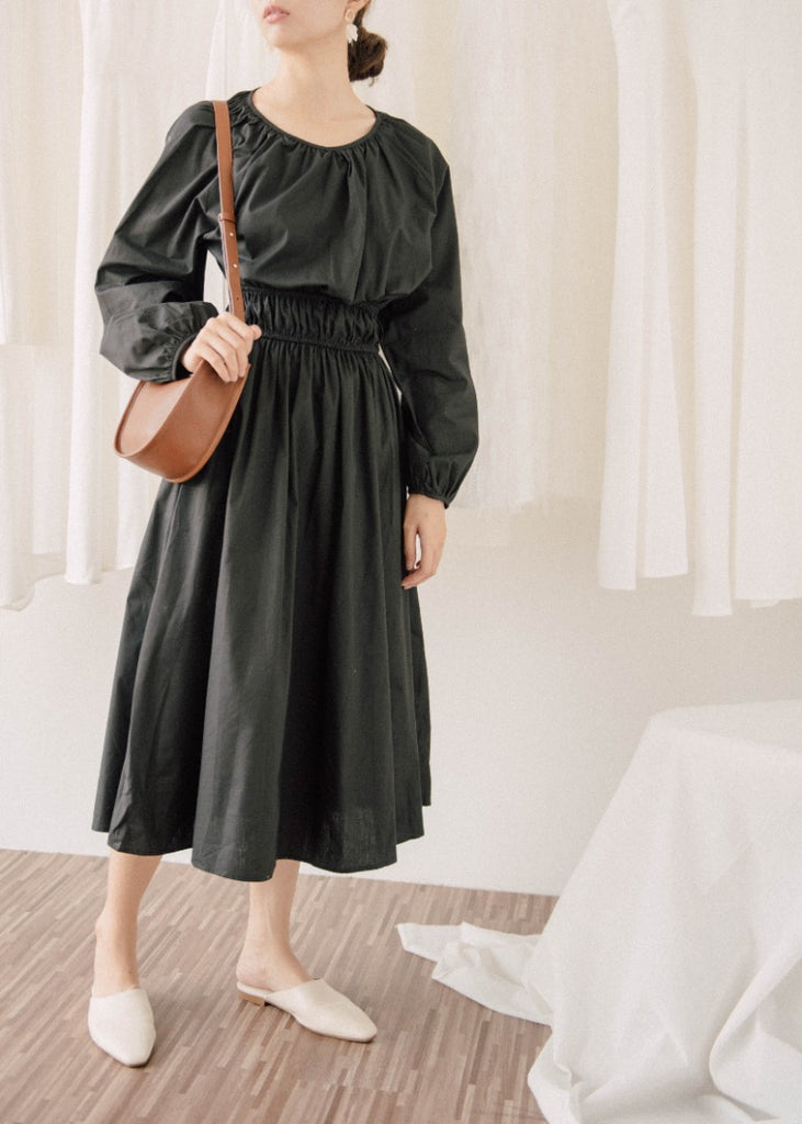 Pleated knee-length dress in black