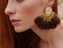 Load image into Gallery viewer, Xen Earrings With Mother Pearl And Feathers Gld