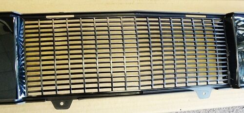 NEW IN BOX CADILLAC XLR 2004-2008 LOWER GRILLE GM #15247797