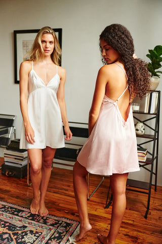 A short nightgown in white and a short nightgown in pink