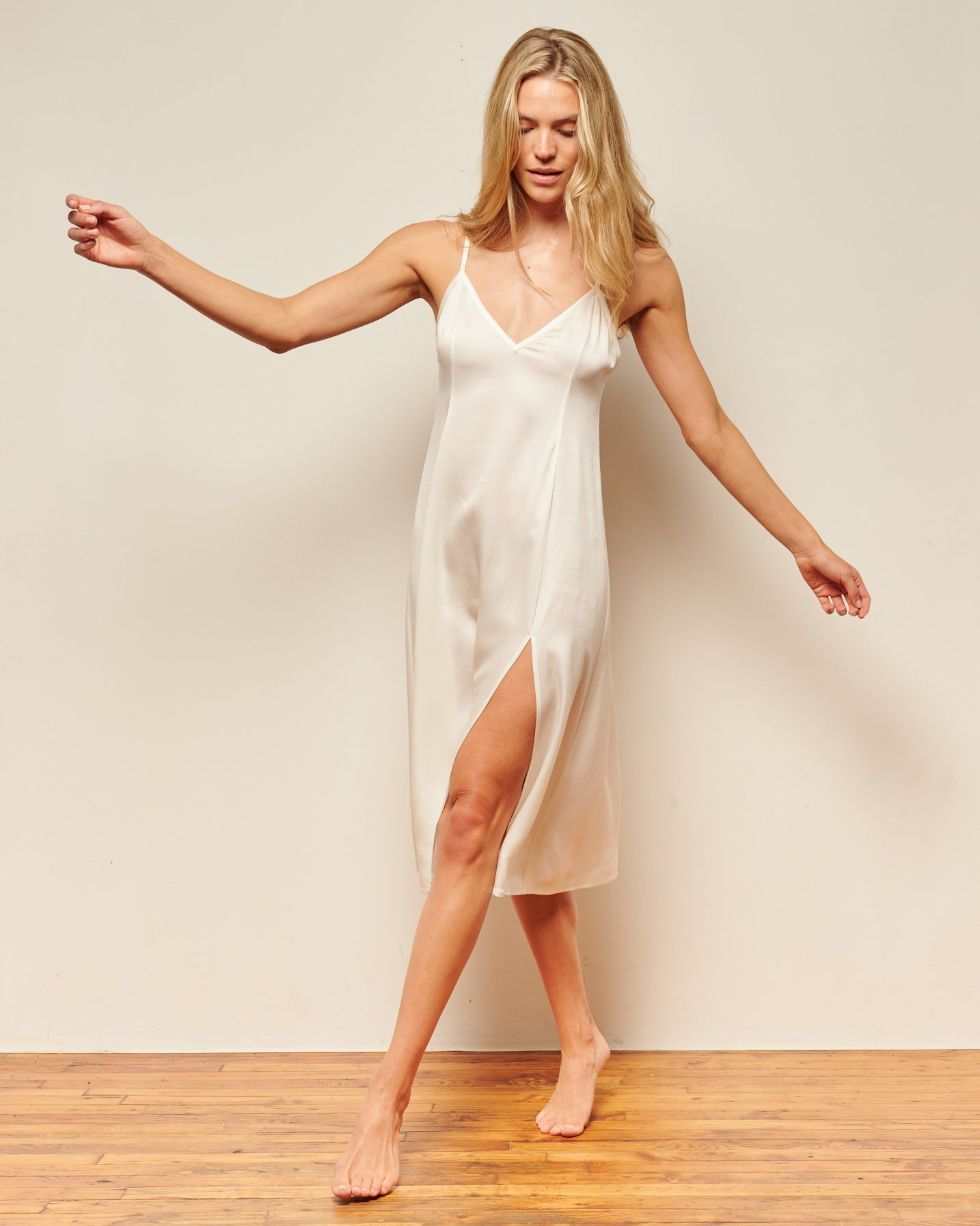 White washable silk, long, elegant nightgown. This white silk slip dress can be worn to bed or out on the town. Long satin slip dress with a side slit. Sustainable silk. Silk slip dress, long nightgowns, midi slip dress, silk sleepwear, modern house dress, washable silk pajamas, sleepwear for ladies