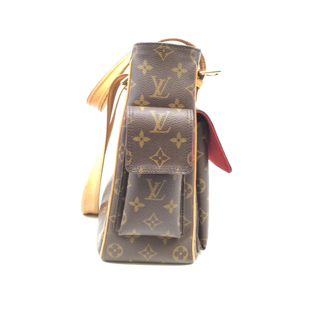 Louis Vuitton Handbag Designer Size:large - <P>LOUIS VUITTON LARGE BROWN BAG WITH RED INTERIOR. THREE EXTERIOR POCKETS, AS WELL AS TWO INTERIOR POCKETS. SD0035</P>