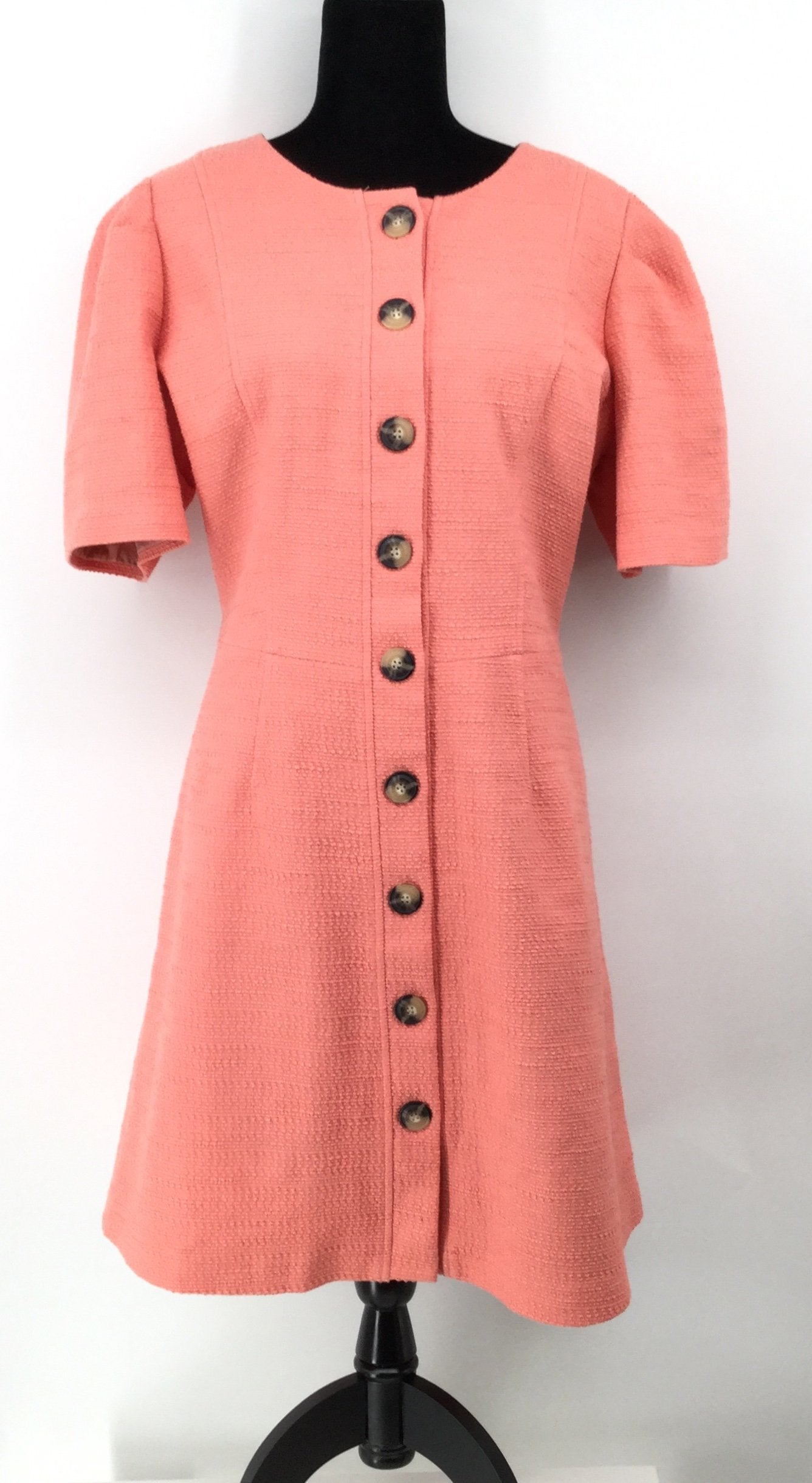 Gal Meets Glam Salmon Dress Size:18 - <P>GAL MEETS GLAM TEXTURED SALMON COLORED DRESS WITH BROWN BUTTONS GOING DOWN THE DRESS. STRUCTURED SLEEVES AND ALSO HAS POCKETS. SIZE 18.</P>