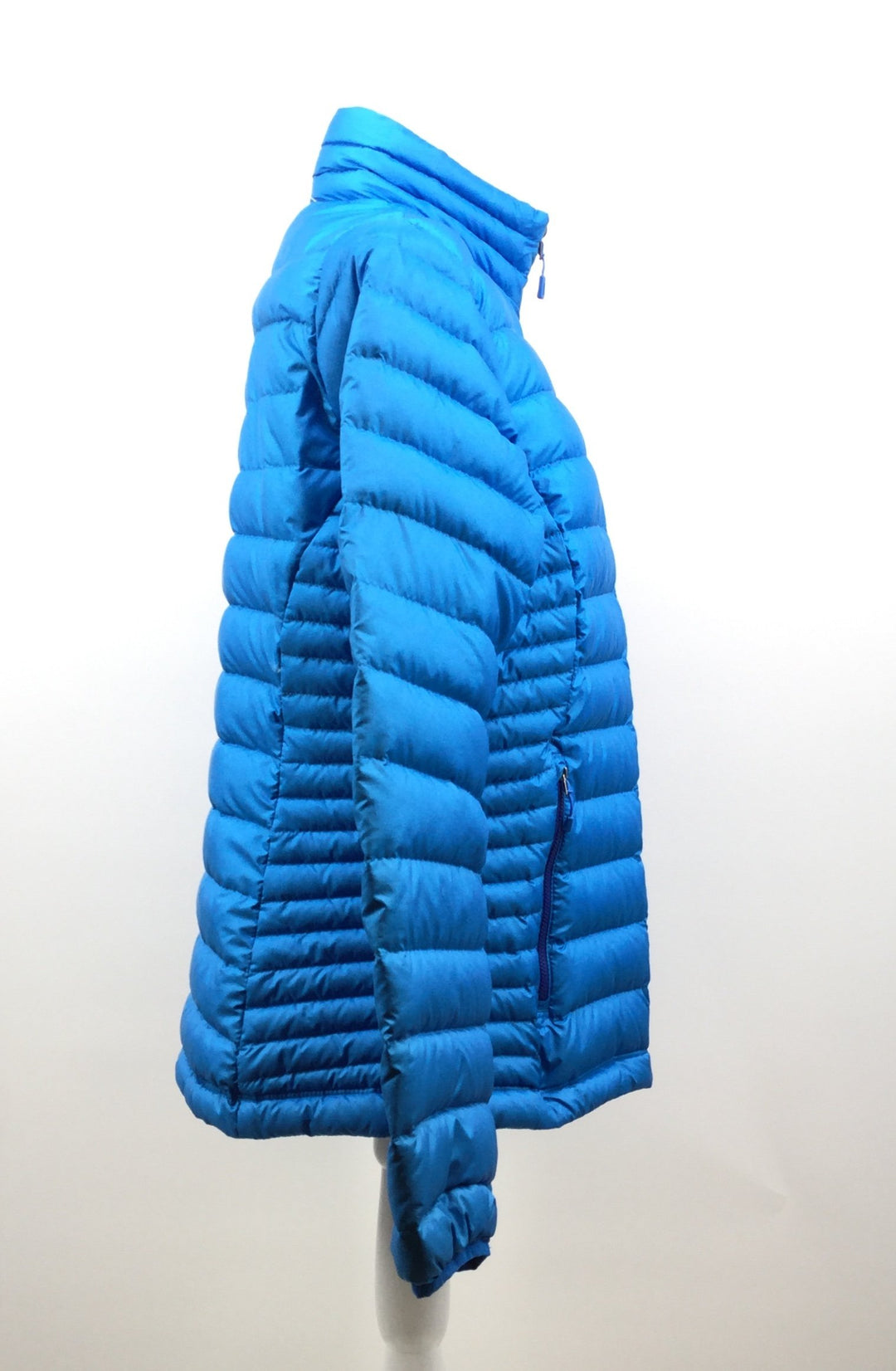 Patagonia Coat Short Size:l - <P>BLUE PATAGONIA SHORT BLUE COAT WITH DARK BLUE INTERIOR. SIZE LARGE. INTERIOR POCKET AND DARK BLUE DETAILING.</P>