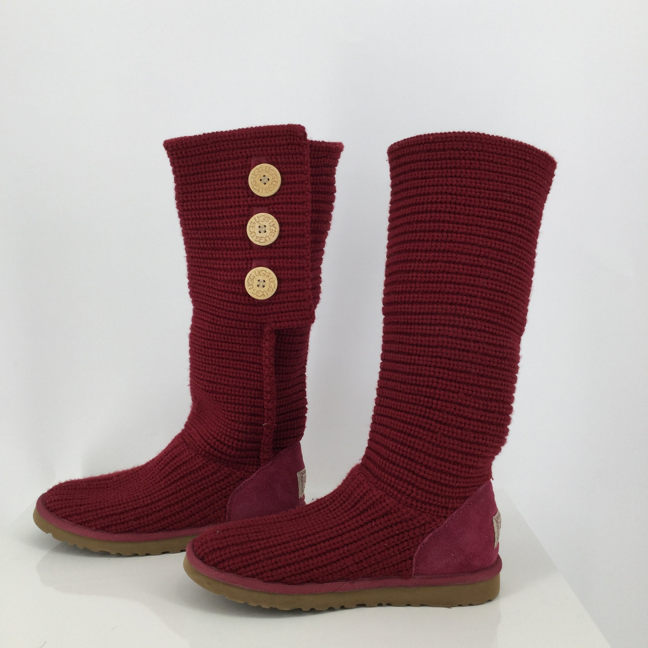 Ugg Red Slipper Boots Size:8 - <P>THESE SIZE 8 KNITTED UGG BOOTS WILL KEEP YOU WARM AND LOOKING CUTE ALL WINTER LONG! THEY ARE GENTLY USED WITH SOME MINOR WEAR (SEE PHOTOS).</P>
