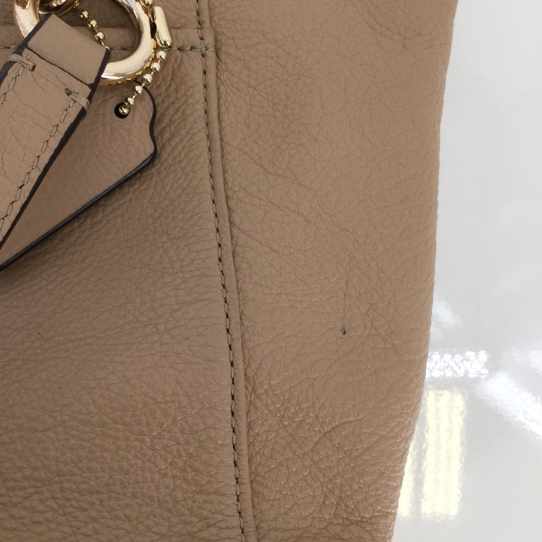 Coach Designer Handbag, Leather, Beige, Size: Small - <P>THIS COACH BAG IS IN GOOD CONDITION WITH SOME MINOR WEAR (SEE PHOTOS).  IT HAS A POCKET ON THE FRONT AND BACK. IT ALSO HAS POCKETS AND A ZIPPER POUCH ON THE INSIDE.</P>