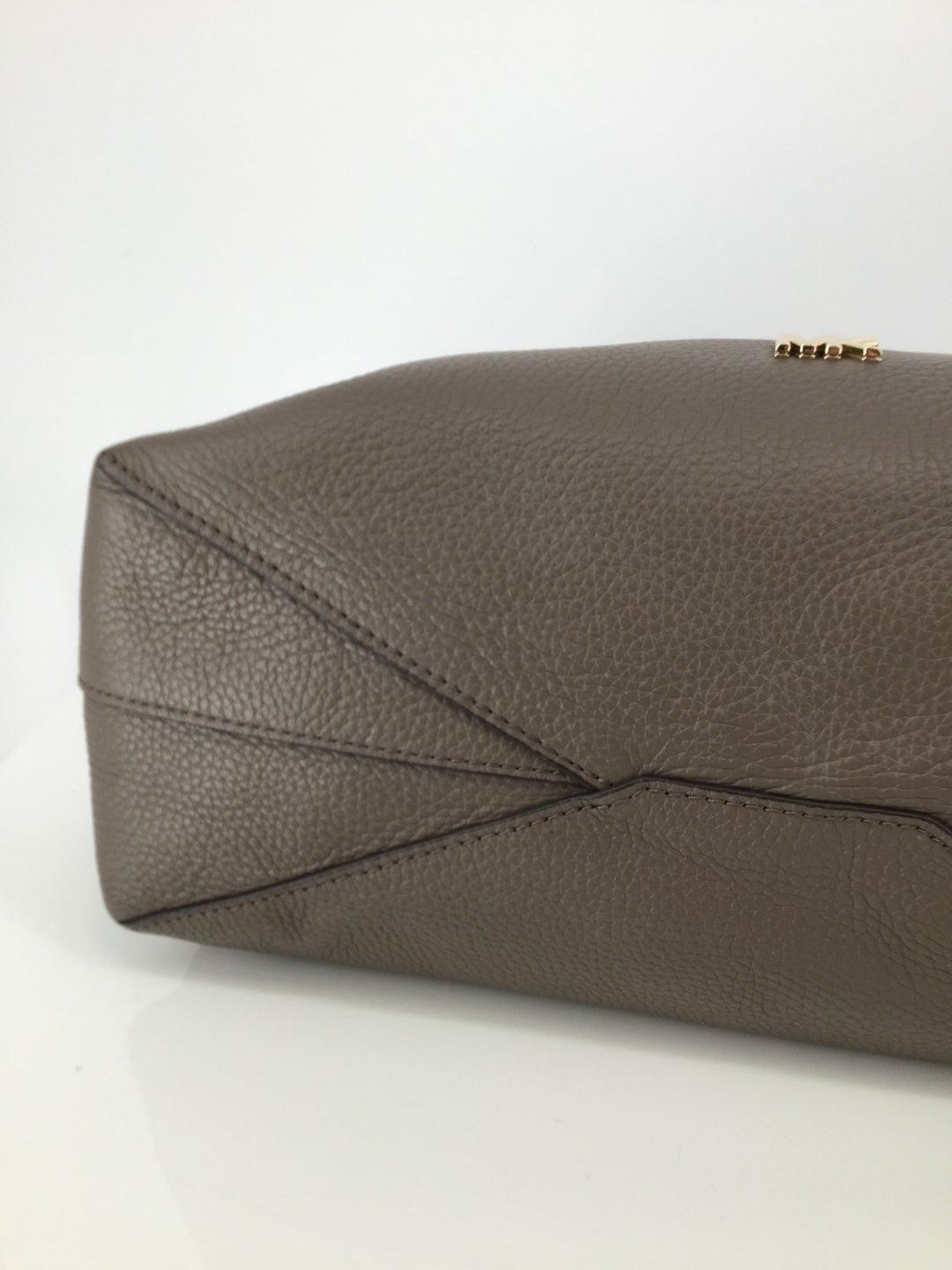 Michael Kors Designer Handbag, Taupe, Size Medium - <P>CLASS UP YOUR CLOSET WITH THIS TAUPE MICHAEL KORS DESIGNER HANDBAG. MEASURES 11 INCHES TALL AND 16 INCHES WIDE. POCKET ON THE BACK OF HANDBAG AND 3 POCKETS ON THE INSIDE. MAKE HER YOURS TODAY FOR ONLY $60.</P>