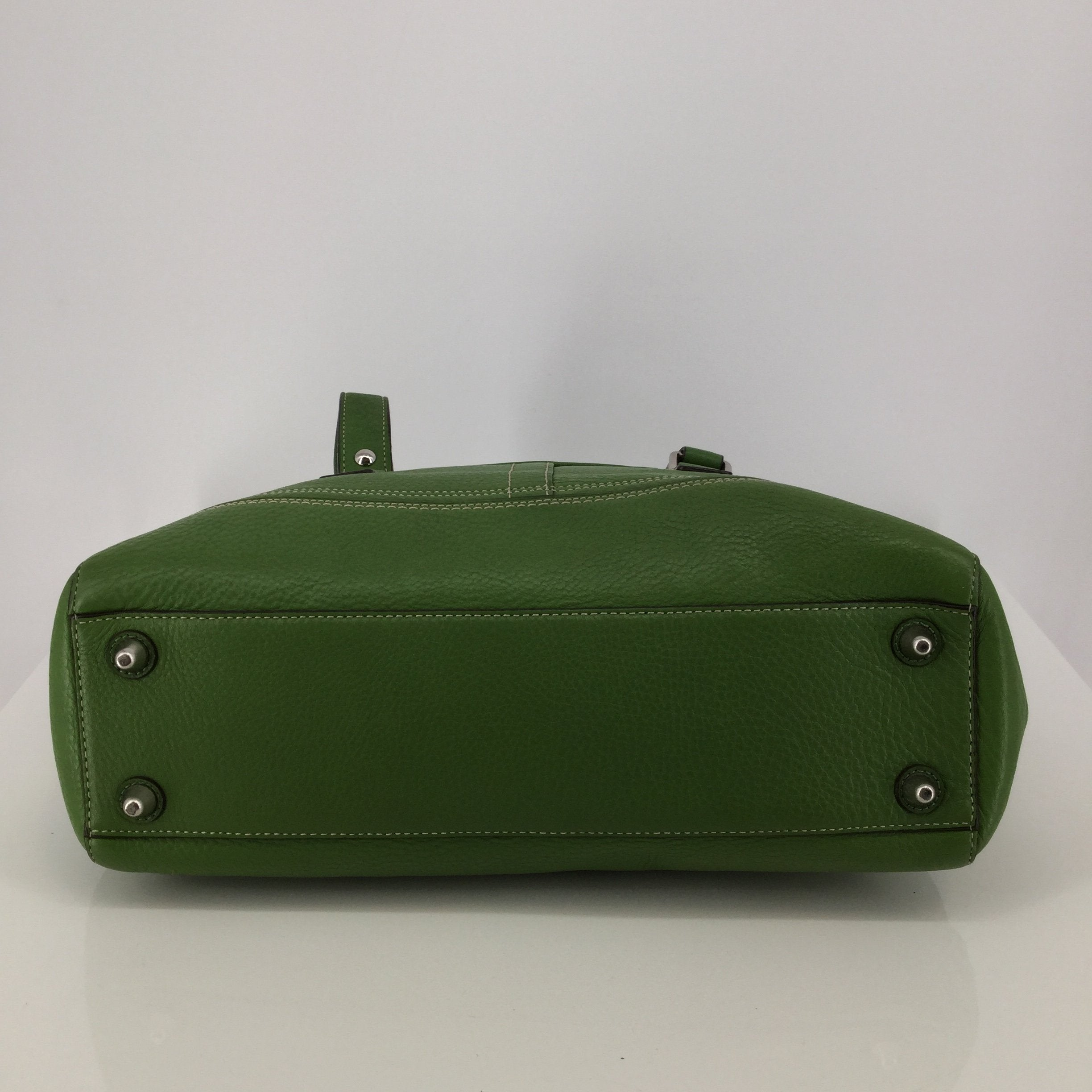 Green Coach Designer Handbag - <P>THIS BEAUTIFUL GREEN COACH INCLUDES A ZIPPER POCKET AND TWO SLIP POCKETS INSIDE. IT IS GREEN WITH A BLUE INTERIOR. IT IS IN VERY GOOD CONDITION BOTH INSIDE AND OUT.</P>
