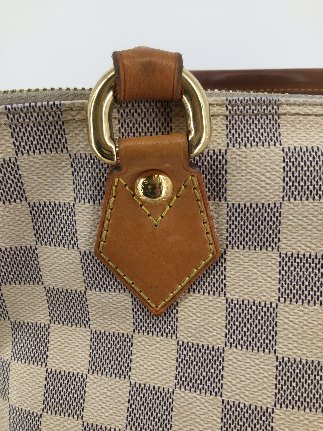 Louis Vuitton Cream Designer Handbag Size Medium - <P>TAKE A LOOK AT THIS GORGEOUS LOUIS VUITTON. CREAM/TAN IN COLOR, SIZE MEDIUM FOR ONLY $650. MINOR CONDITION (SEE PHOTOS).</P>