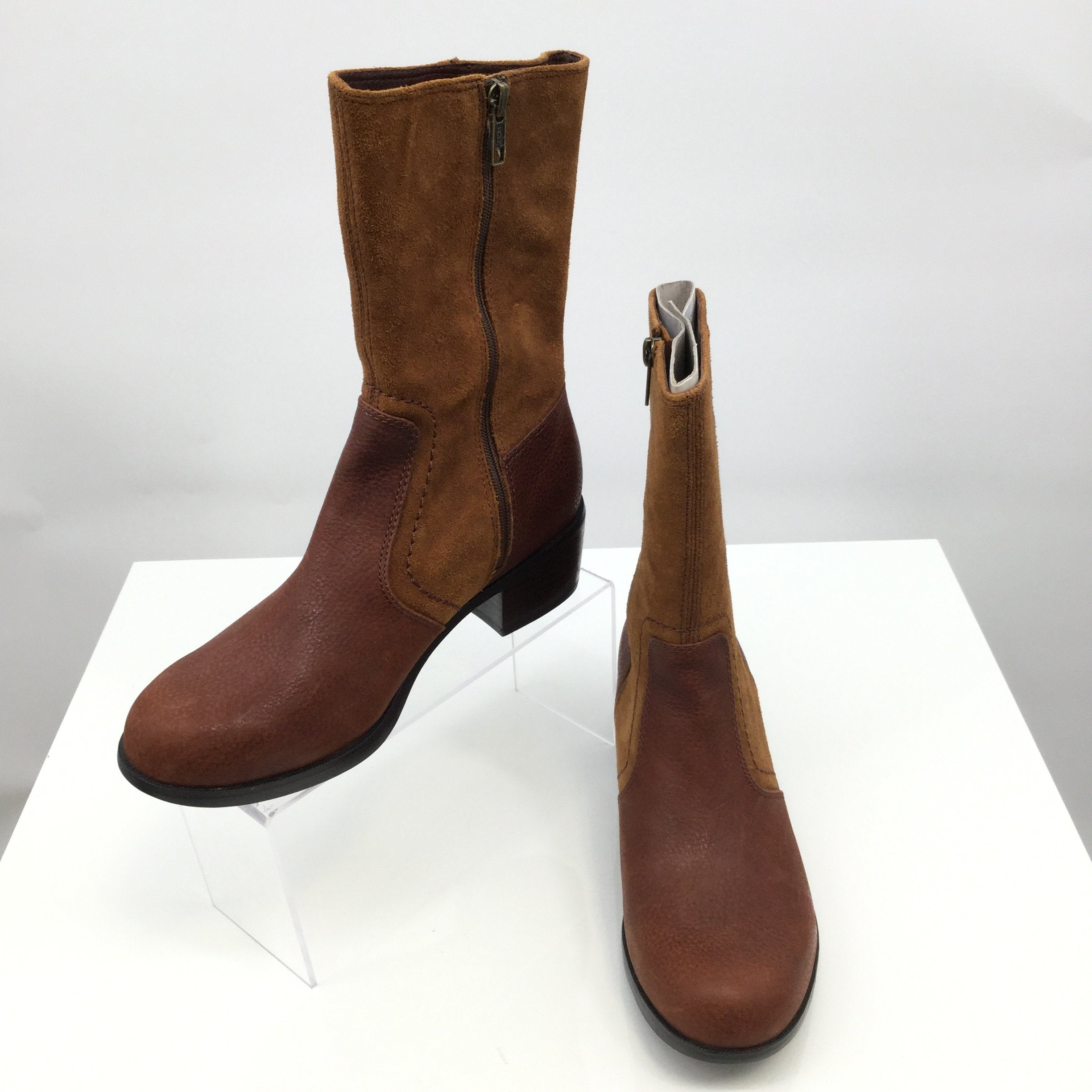 Ugg Boots Knee Size:8 - <P>NEW! UGG TWO-TONED BROWN MID BOOTS. SIZE 8. ZIPPER UP THE SIDE. SUEDE AND PEPPLED LEATHER. 1.75