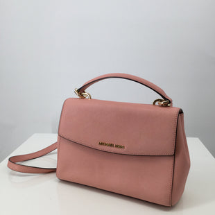Michael Kors Handbag Designer, Leather, Pink, Size: medium - THIS PINK MICHAEL KORS HANDBAG IS SO CUTE! IT IS LEATHER WITH GOLD DETAILS. THERE IS A POCKET ON THE BACK AND TWO POCKETS INSIDE. THE STRAP IS ADJUSTABLE. CONDITION IS GOOD. DUST BAG INCLUDED..