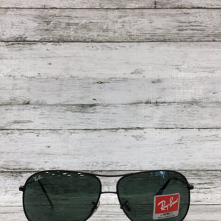 Primary Photo - BRAND: RAY BAN STYLE: SUNGLASSES COLOR: BLACK OTHER INFO: AVIATOR SKU: 127-4942-3659THESE RAY BAN SUNGLASSES ARE IN VERY GOOD CONDITION. THE LENSES ARE TINTED BLUE/GREEN. THEY DO HAVE A SMALL SCRATCH ON THE RIGHT LENS (SEE PHOTOS).