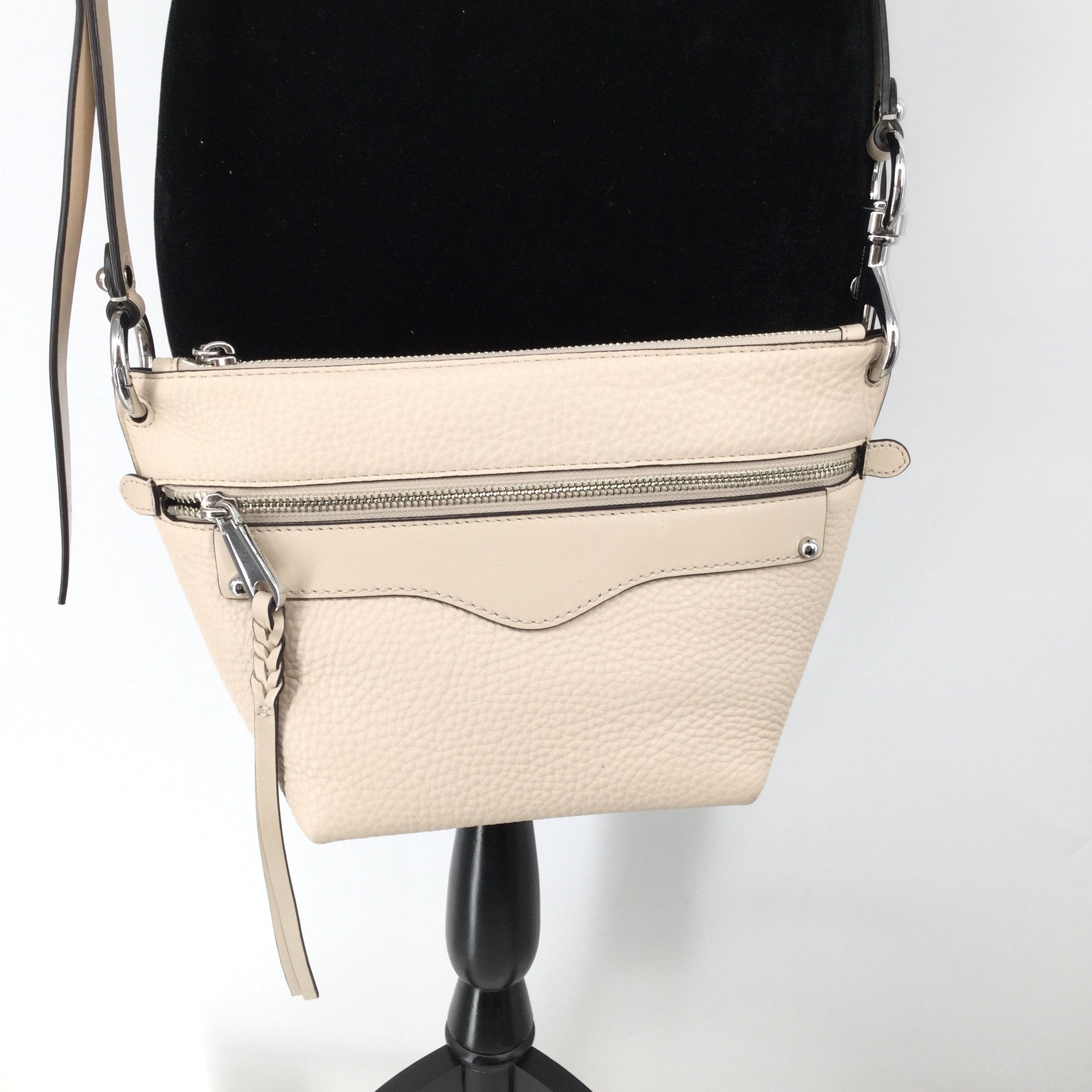 Cream Rebecca Minkoff medium sizedHandbag  - <P>CREAM LEATHER REBECCA MINKOFF CROSS-BODY WITH REMOVABLE STRAP. TWO EXTERIOR POCKETS AND ONE INTERIOR POCKET. LIKE NEW CONDITION AND ALSO COMES WITH DUST BAG.</P>