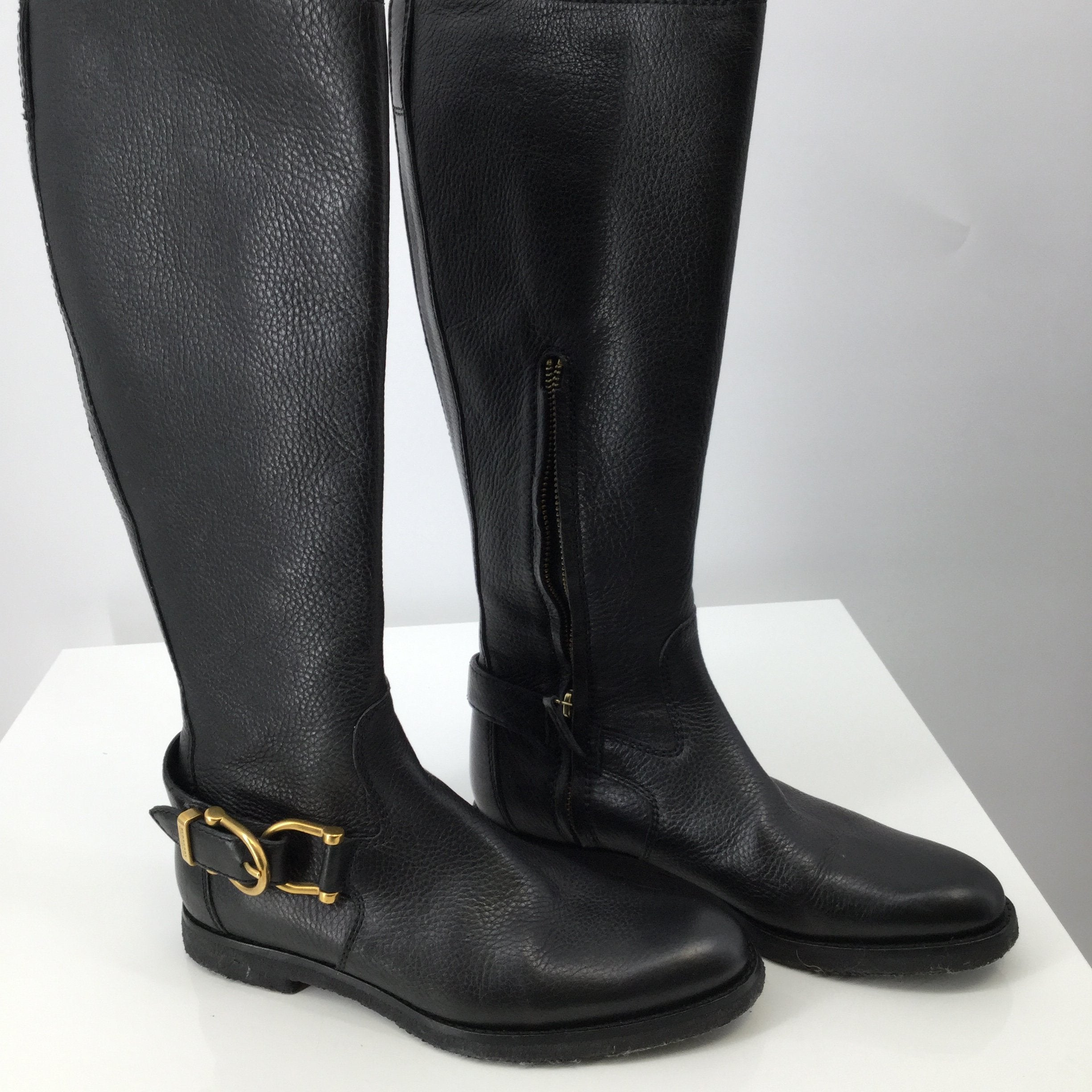 Burberry Black Leather Boots Leather Lining Size 6.5 - <P>LOOK LUXURIOUS WITH THIS HIGH QUALITY BURBERRY BLACK LEATHER BOOTS. LEATHER INTERIOR. HITS JUST BELOW THE KNEE. HAS A GOLD BUCKLE AT THE ANKLE. LIKE NEW CONDITION. LIGHT FIBERS ON SOLE OF THE SHOE. PEBBLED SOLE. SERIAL NUMBER ITCON30LUN. SIZE 6.5 US SIZE 37 EU</P>