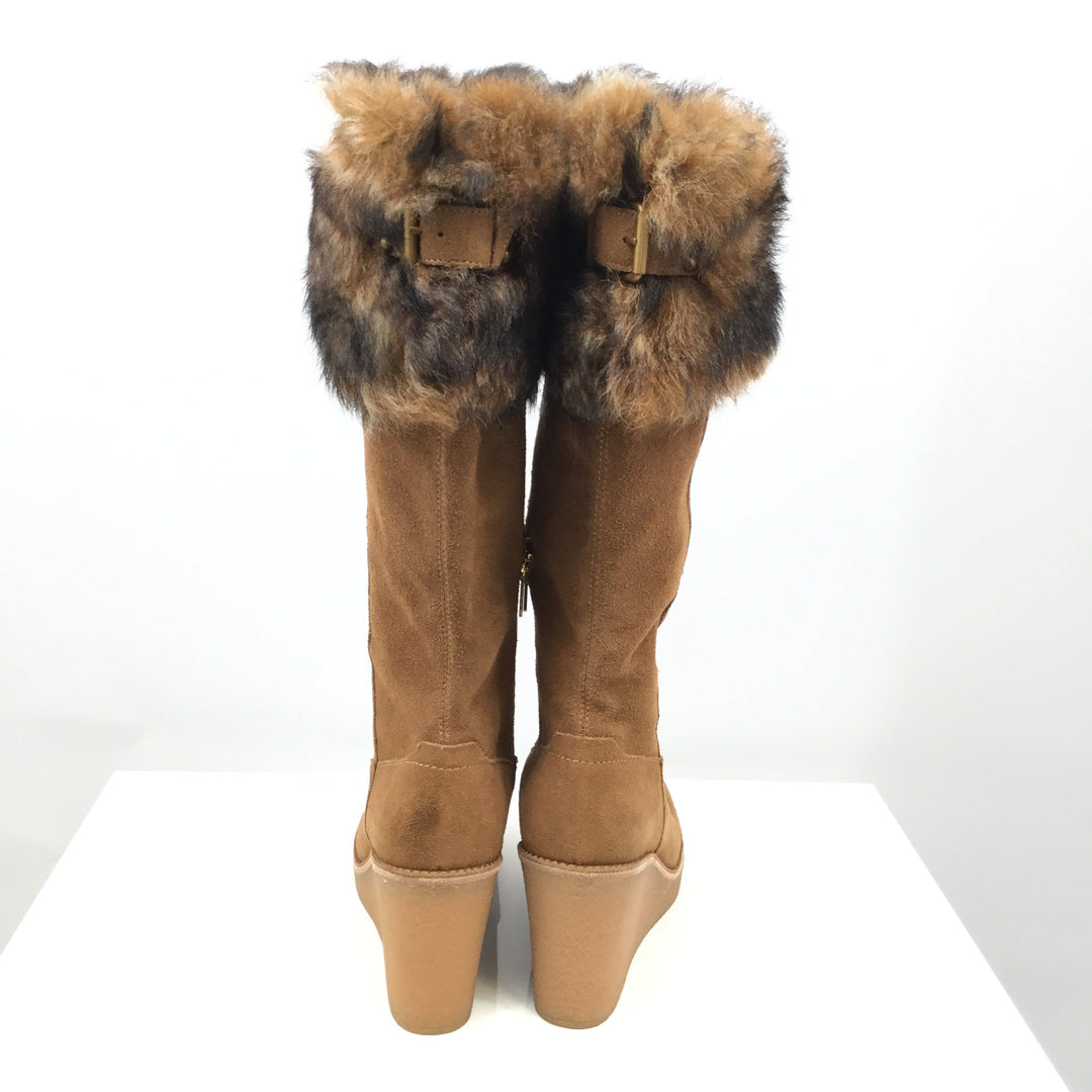 Ugg Boots Knee Size:8.5 - <P>TAN UGG KNEE BOOTS WITH A WEDGE HEEL. FUR AROUND THE TOP OF THE BOOTS WITH A BUCKLE AT THE BACK. ZIPPERS ON THE INSIDE OF THE BOOTS. SIZE 8.5.</P>