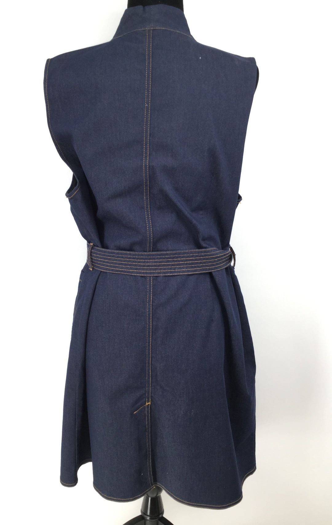 NEW WITH TAGS! Chico's Dress Size:3 - <P>NEW! CHICO'S DENIM BUTTON FRONT DRESS SIZE 3. HIDDEN BUTTONS AND DENIM TIE BELT. TWO POCKETS.</P>