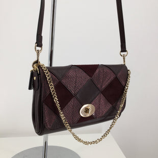 Coach Designer Handbag, Leather, Burgundy, Size: Small - THIS COACH CROSSBODY FEATURES A GOLD CHAIN AND A SQUARE PATTERN ON THE FRONT. IT IS IN VERY GOOD CONDITION WITH JUST SOME MINOR WEAR ON THE BACK (SEE PHOTOS)..