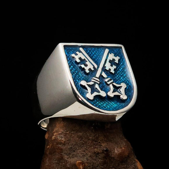 Perfectly crafted Men's Shield Ring Crossed blue Skeleton Keys - Sterling Silver