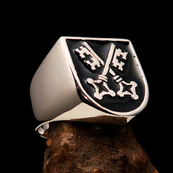 Perfectly crafted Men's Shield Ring Crossed Skeleton Keys Black - Sterling Silver - BikeRing4u