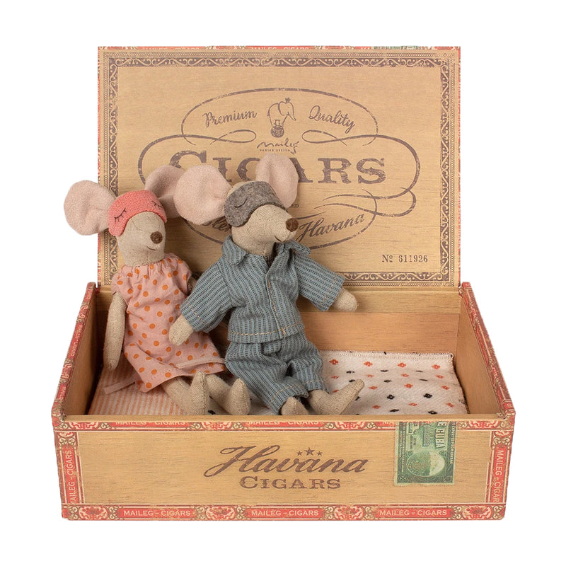 mom and dad mice in a cigar box on barquegifts.com