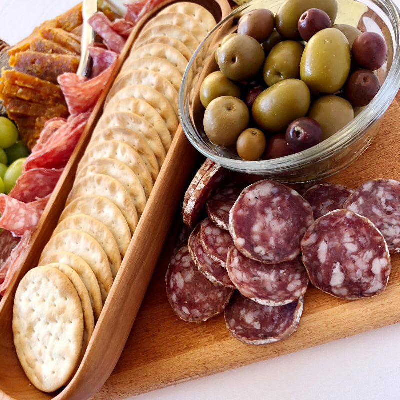 salami on a board on barquegifts.com