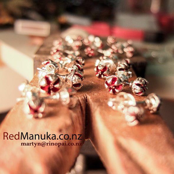 Jewellery NZ | Manuka Seedpod Earstuds with red ochre inner seedpod | Redmanuka