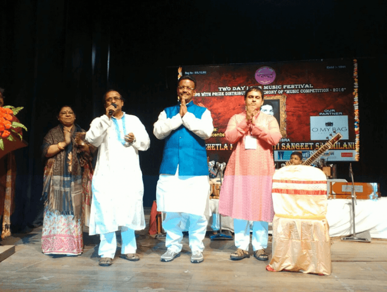 The Misra's are a very musical family. Here they are on the stage at their musical festival. O My Bag did a bit of sponsoring as you can see from our logo on the right. From left to right: Tapasi, mister Misra's wife, mister Misra, the honorable Minister, Diptesh, the son of Tapasi and mister Misra.