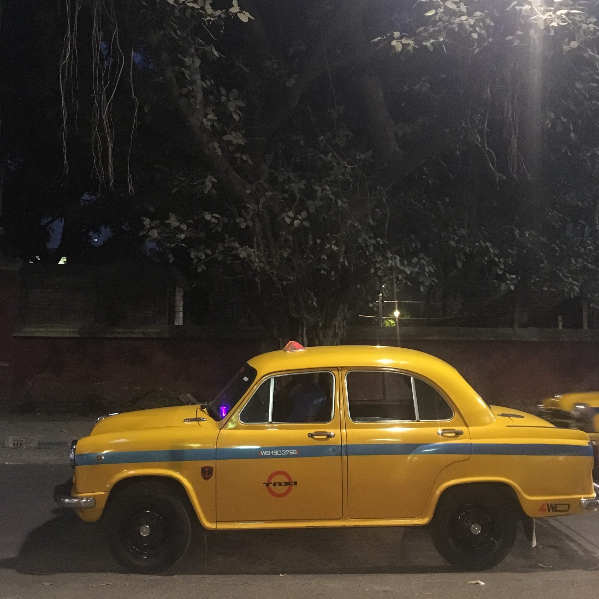 Yellow cab in Kolkata, cabs without suspension (vering)!