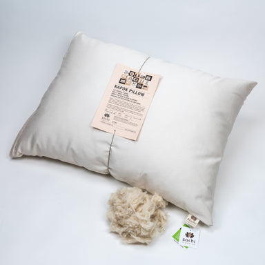 Natural kapok pillow. Covered in a sateen fabric of organic cotton fibers.