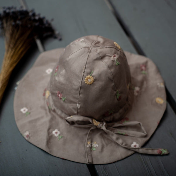 close up picture of uniqua sun hat taupe with flower