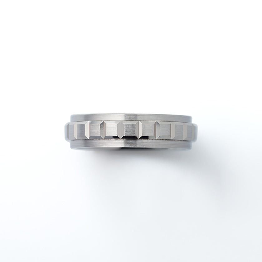 This ring has a central band that rotates.