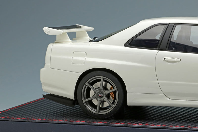 Nissan Skyline GT-R (BNR34) M-Spec NUR Pearl White with Acrylic Case
