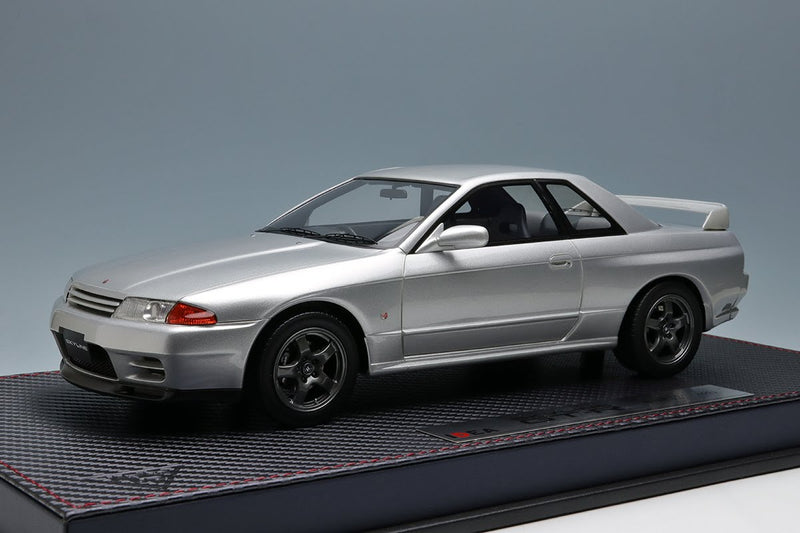 Nissan Skyline GT-R (BNR32) Spark Silver Metallic with Acrylic Case