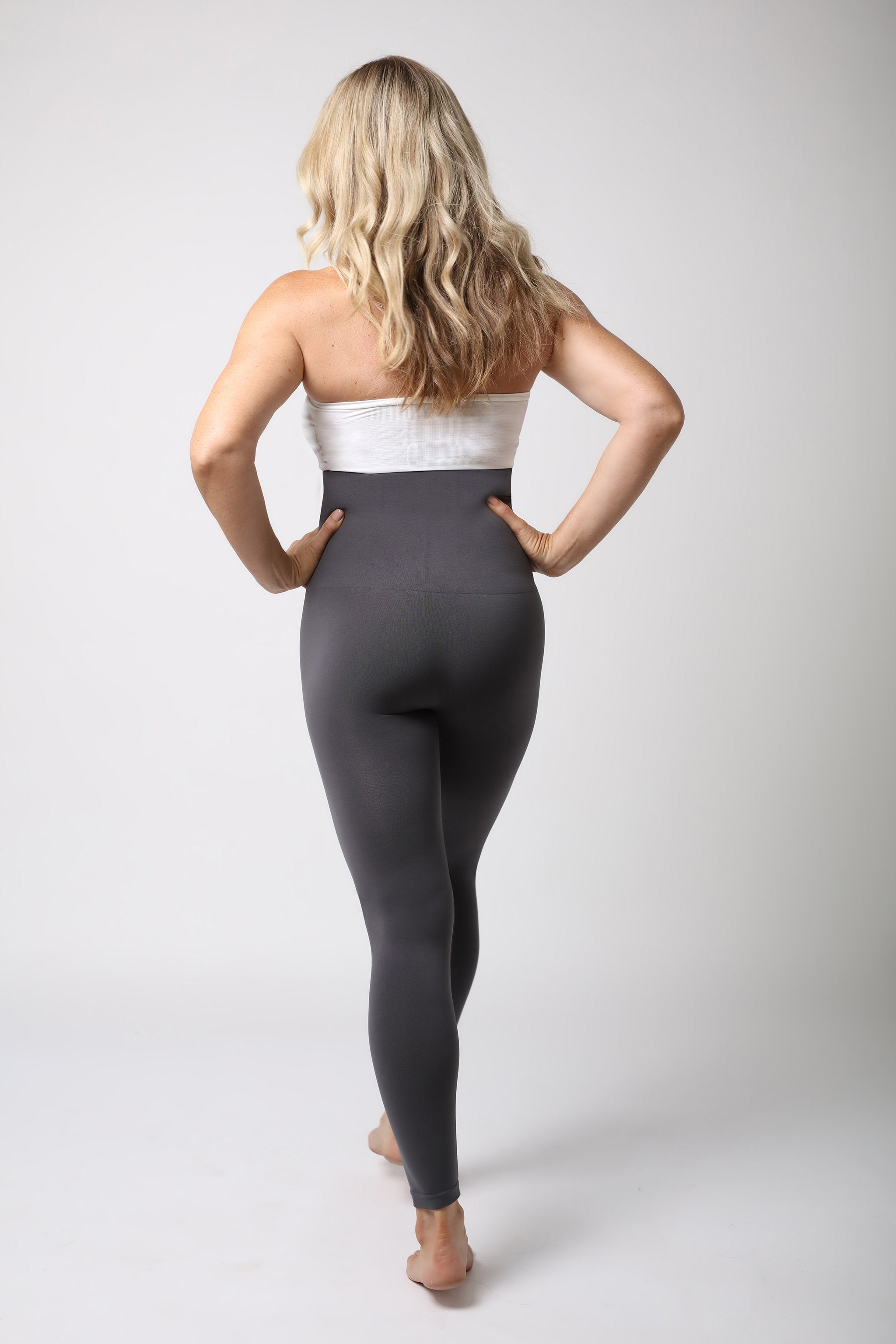 Dame in grauer Legging - Anthrazit Grau