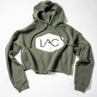 WOMEN'S LAC BADGE CROPPED FLEECE HOODIE