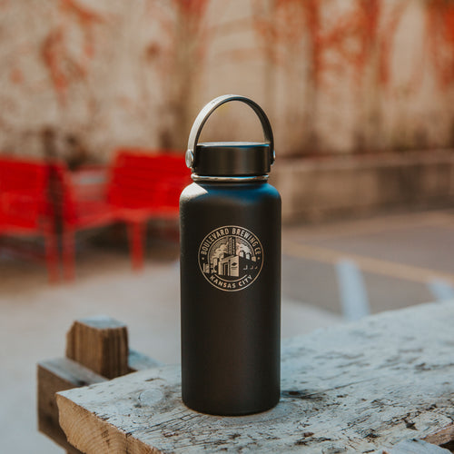 Hydro Flask 32 oz in black on table