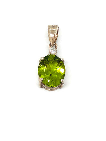 peridot oval shape pendant in silver with cz 0.05ct; 1.336g