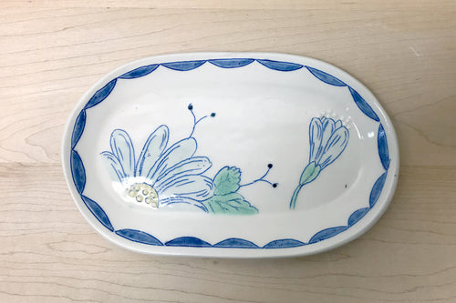 Oval plate with daisies