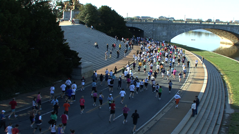 10030R - THOUSANDS OF RUNNERS NEXT TO POTOMAC RIVER